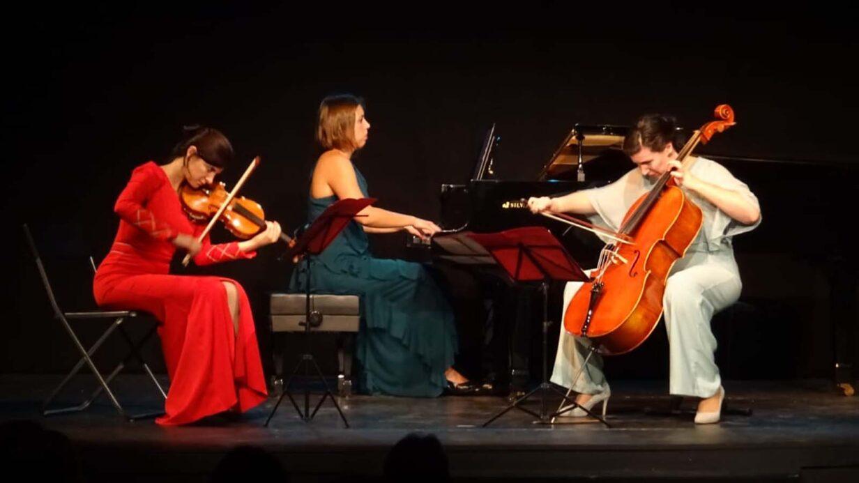 Las integrantes del Trío Almaclara durante una actuación.