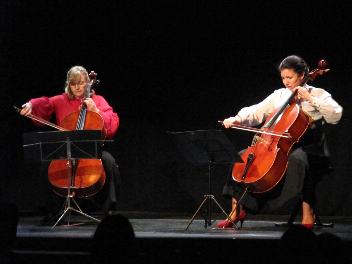 Las violonchelistas Luiza Nancu y Beatriz González Calderón, durante una actuación.